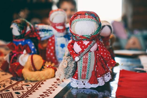 布で作られた伝統的な民俗人形のお守り。子供のためのヴィンテージのおもちゃ。