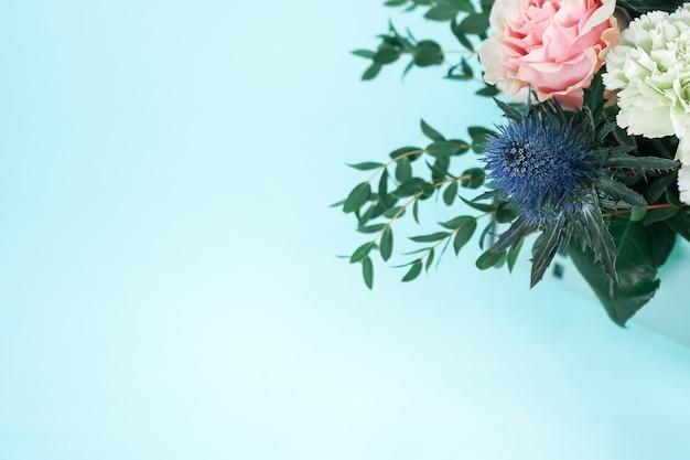 背景色が水色の繊細なバラ。テキストのための場所で美しいカード。