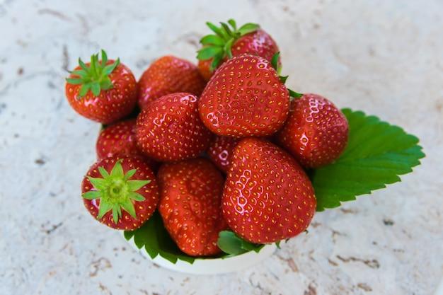イチゴ。新鮮な有機ベリー。フルーツの背景。