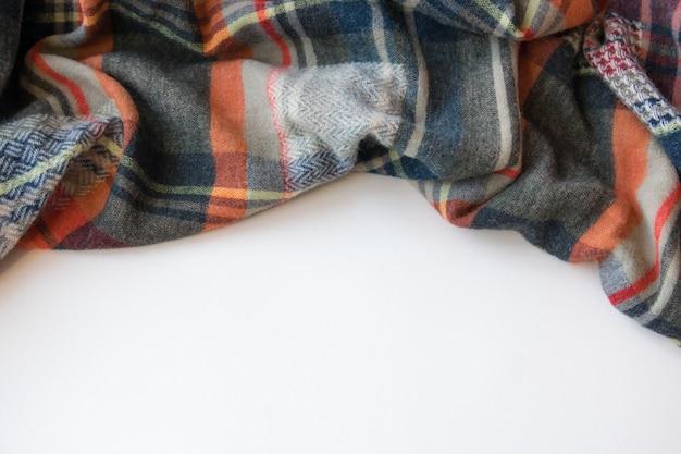 Кашемировый шарф на фоне осени.