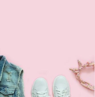 デニムのベスト、白いスニーカー、ピンクのヘアバンド
