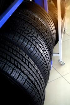 棚に保管されている新しいタイヤ
