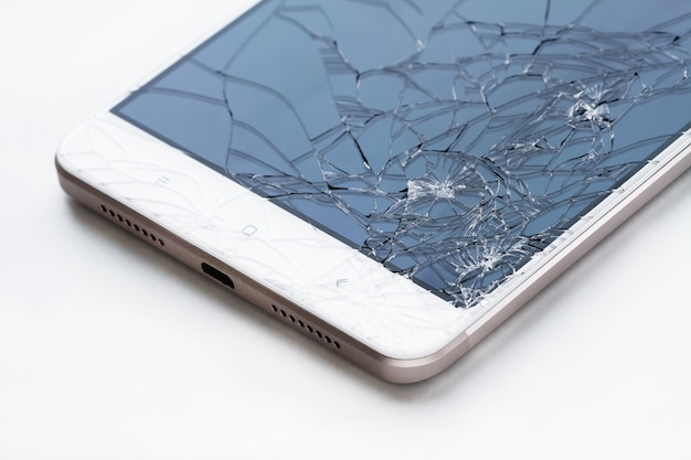 壊れたディスプレイ画面。スマートフォンのガラスが破損しています。