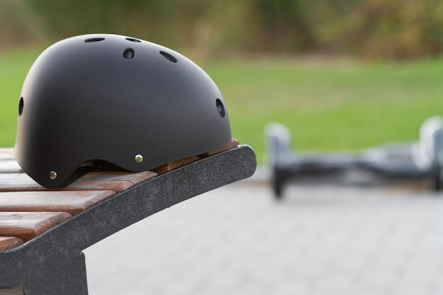 Черный защитный шлем и сигвей