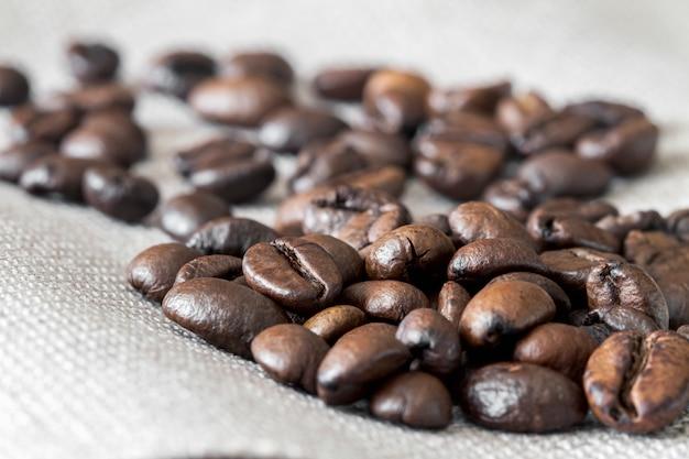 リネン生地にコーヒー豆のクローズアップ。