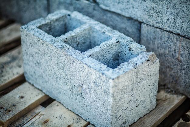 建設現場でのセメントブロックのスタック。