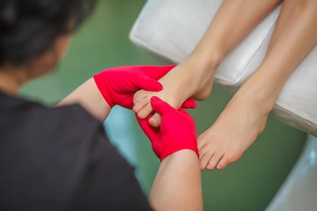 Подиатр лечит грибок ногтя на пальце ноги. подология лечения.