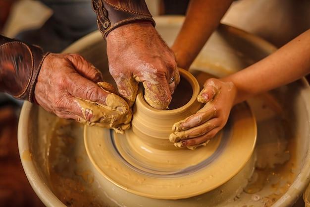 男性の陶工の手のクローズアップ