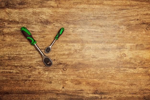 ネジ、ボルト、ナットを緩めるためのツールヘッドのセット。