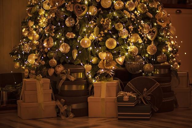 クリスマスとお正月のプレゼント付きのエレガントな装飾ツリー