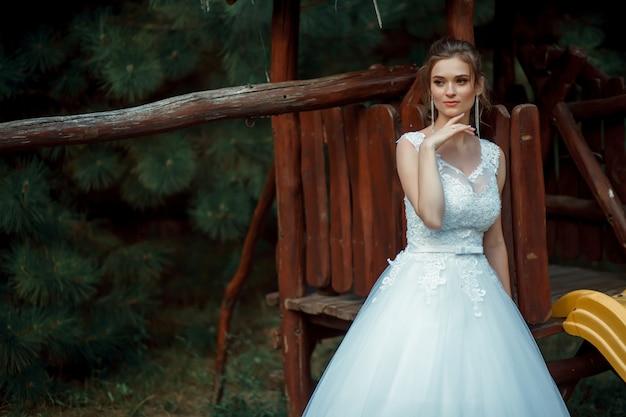 白いドレスを着た髪の少女。ポートレート。ロマンス。豪華なモデルの結婚式の肖像画。