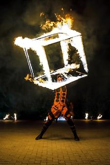 Огненное шоу. танцы с пламенем. мастер с огнем работает.