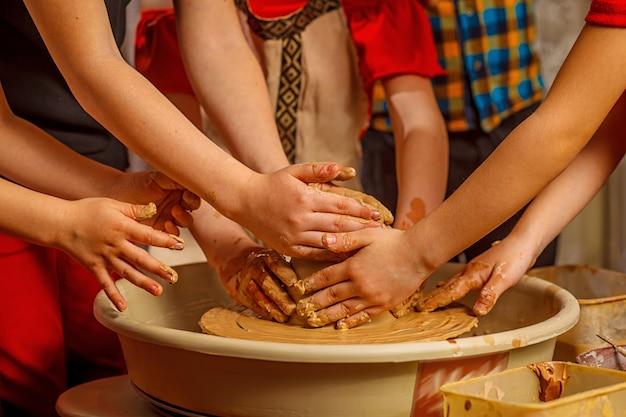 陶芸家で働く人々。