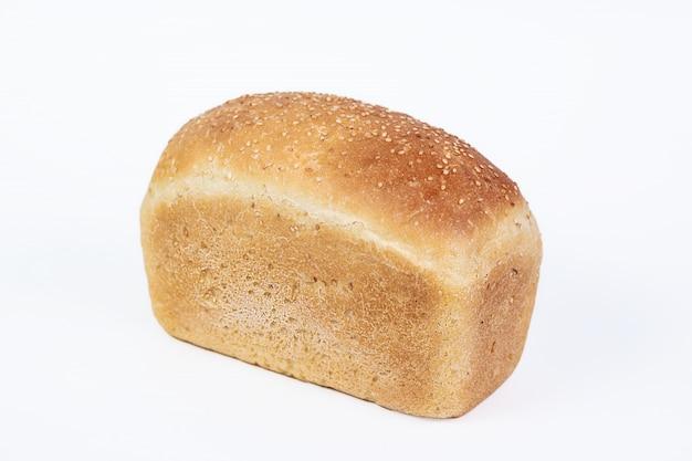 ゴマは、白い背景で隔離の新鮮な白成形パン。トップビューとテキストのコピースペース。