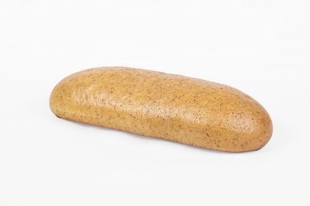 焼きたてのベーカリー製品。パン。酵母ふすまのパンは、白い背景で隔離。トップビューとテキストのコピースペース。