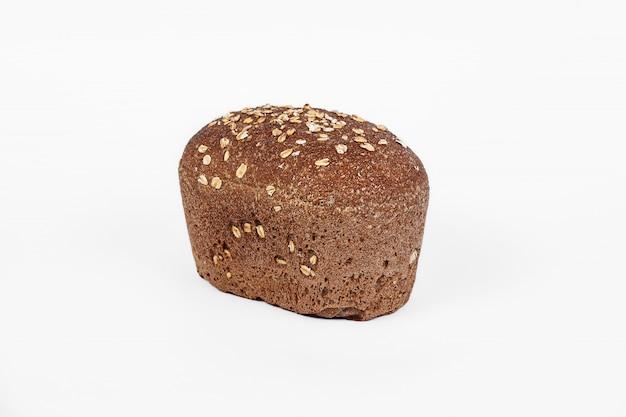 ふすま、ヒマワリ、亜麻の種子が白い背景で隔離の穀物パン。トップビューとテキストのコピースペース。