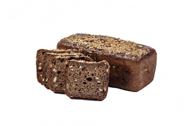 焼きたてのベーカリー製品。パン。ヒマワリの種が白い背景で隔離のライ麦パン。トップビューとテキストのコピースペース。