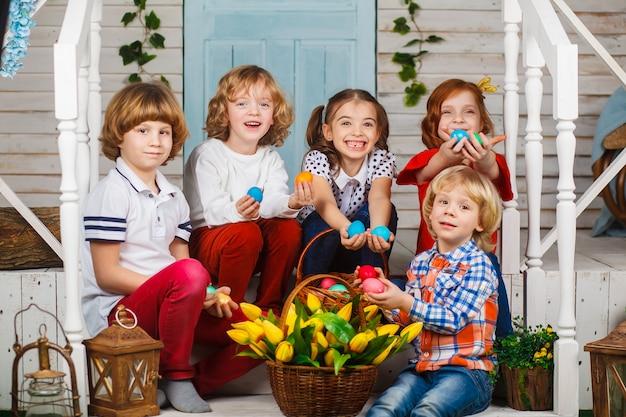 イースターエッグを手に持った美しい子供たち
