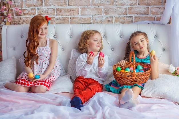 ベッドの上に座って美しい子供たち