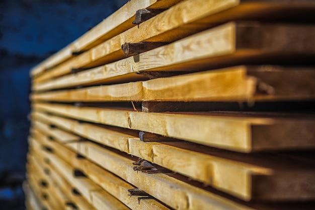 空気乾燥木材スタックのクローズアップ