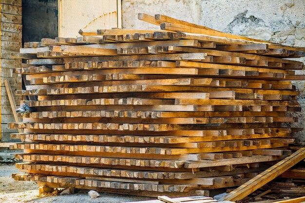 庭の空気乾燥木材スタック