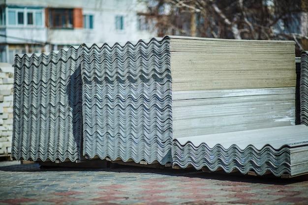 裏庭のセメント屋根シート