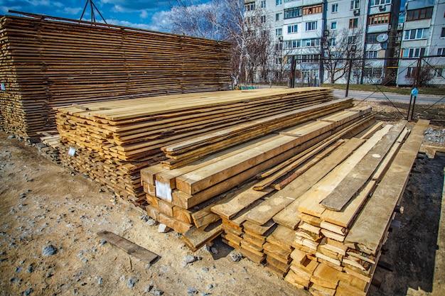 裏庭の空気乾燥木材スタック