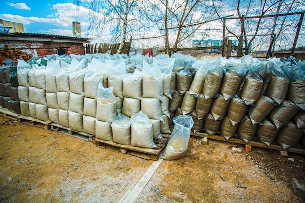 砂と建設資材が入ったビニール袋