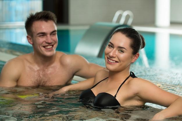 一緒にジャグジー浴槽でリラックスした美しい愛情のあるカップル