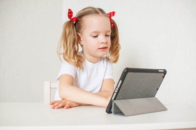 小さな女の子がオンラインで話している
