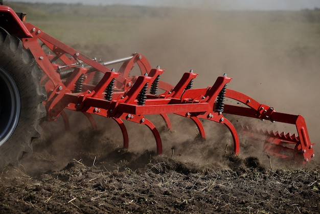 地面に農業用プラウのクローズアップ、農業機械。