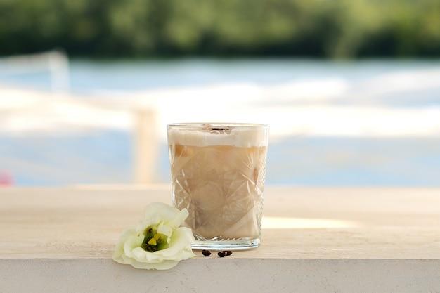 ガラス製ビーカーでコーヒー豆とカクテル