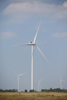 Ветрогенераторы в поле. ветряные мельницы