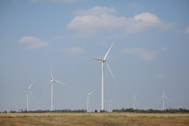 野外の風力発電機。風車