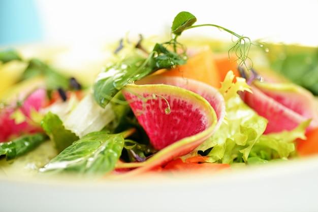 Овощной салат с дайконом, огурцом, морковью и шпинатом.
