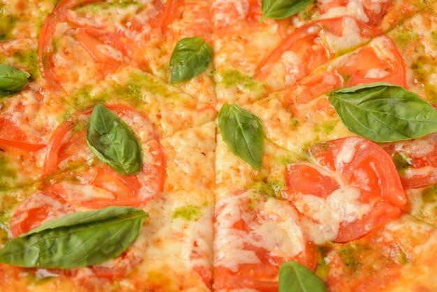 モッツァレラチーズとバジルのピザマルゲリータまたはマルガリータ。イタリアのピザ、上面図