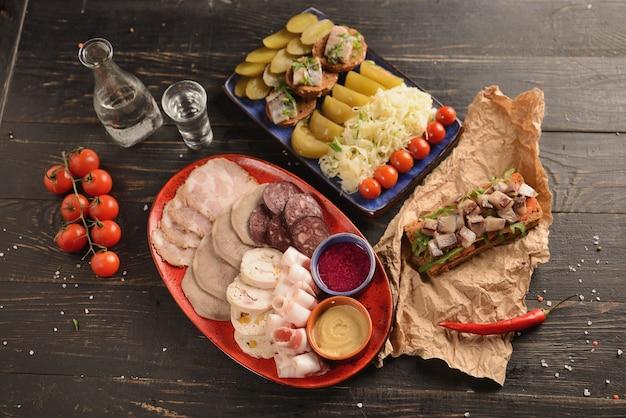 マスタードと西洋ワサビの自家製ソーセージと肉の盛り合わせ