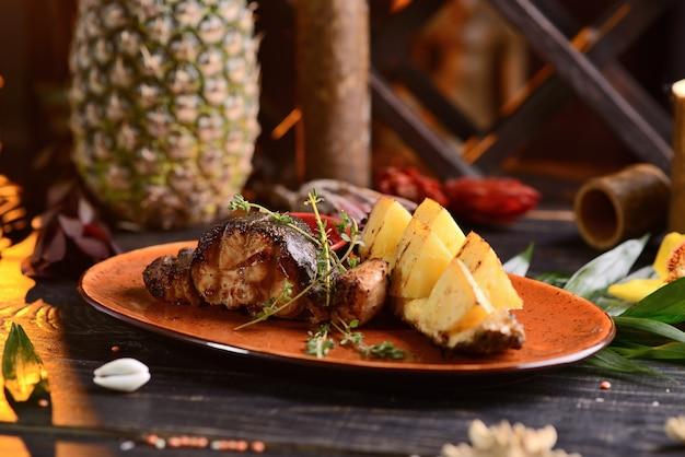 魚のグリルステーキとパイナップルとソース