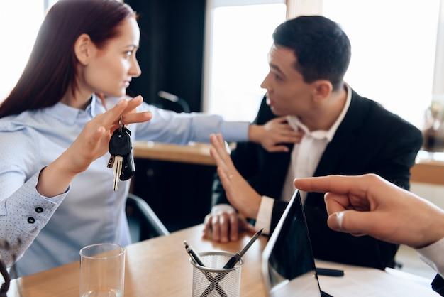若いカップルが財産の分割の問題を解決します。