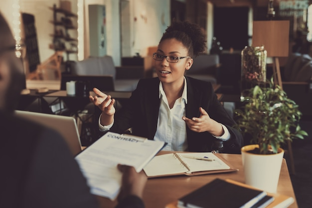 若い黒人女性のオフィスで男にインタビュー