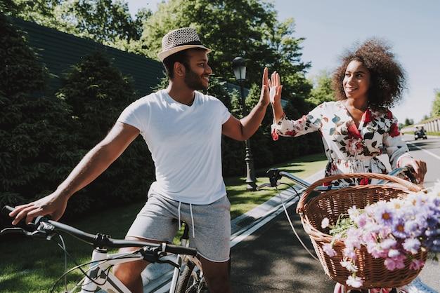 ロマンチックなデートでサイクリングをするラテンカップル
