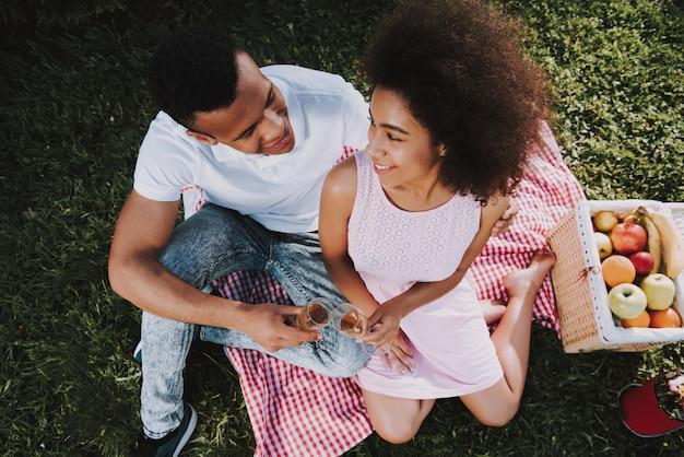 若いカップルは夏に公園で休んでいます。