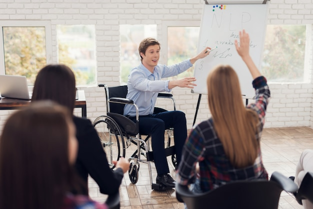 車椅子のメンターが指導を導きます