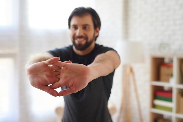 ひげを持つ男は彼の指のクローズアップを伸ばします。
