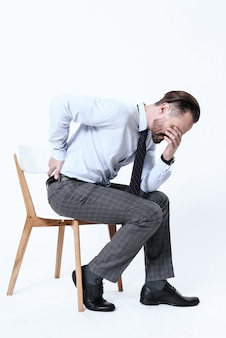 Человек почувствовал острую боль в спине, когда он встал со стула