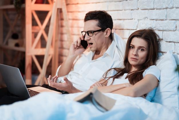 Молодая девушка разочарована тем, что мужчина постоянно работает