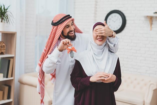 若いアラブカップル移動男は妻のための目を閉じます