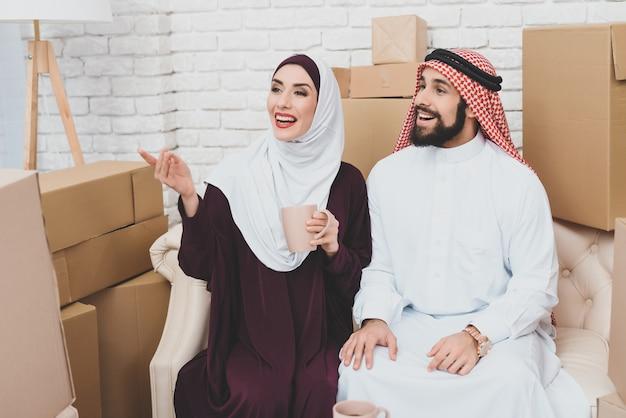 アパートのアラブカップルの所有者はインテリアを見て