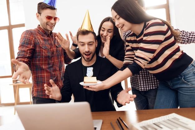 彼らは会社の記念日を祝います