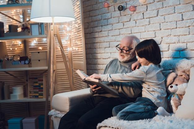 Дедушка читает сказку маленькому внуку